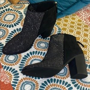 Black booties with a sparkly vibe!